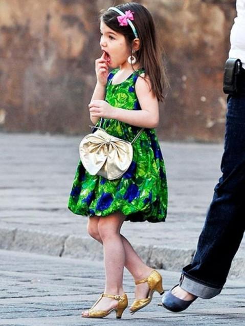 suri-cruise-vestido-verde-estampado-y-tacones